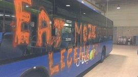 Atacan un autobús de Dbus en San Sebastián en el que realizan pintadas contra la ley mordaza