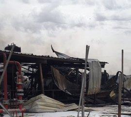 Continúan las tareas de retirada de escombros de la nave industrial de Arganda tras dos semanas del incendio