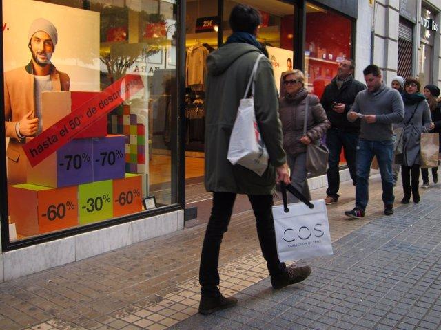 Gente de compras por el centro de València