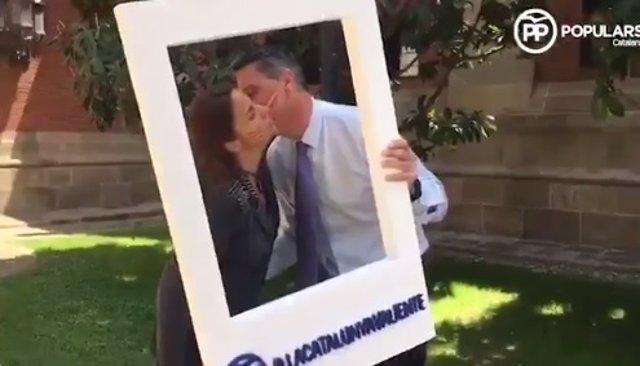 Albiol llama en un vídeo a los catalanes a darse un beso