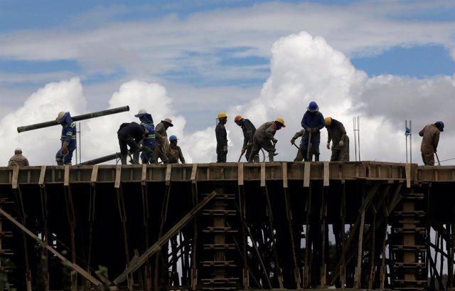 Obreros trabajando en una construcción en La Paz, Bolivia