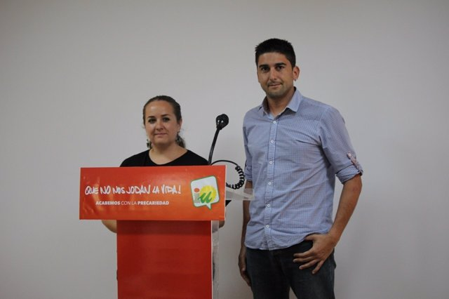 Dirigentes de IULV-CA Natalia Robles e Ismael Sánchez en rueda de prensa