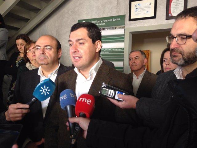 Juanma Moreno atiende a los medios en Atarfe (Granada)