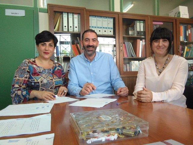 Solana con el alcalde de Corella y la jefa de estudios del Instituto de Corella.