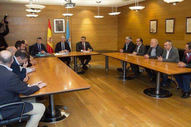 Feijóo e Francisco Conde reúnense cos alcaldes da Costa da Morte