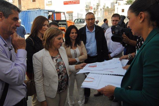 Irene García visitando una de las obras del Profea