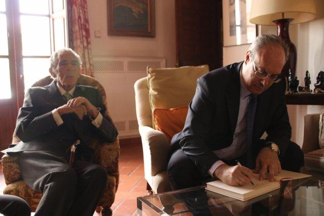 Durán firma en el Libro de Honor de la Fundación Antonio Gala, ante el autor