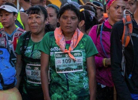 Ultramaratón 50 Una En SandaliasMujer Kilómetros Ganar De zpSqUMV