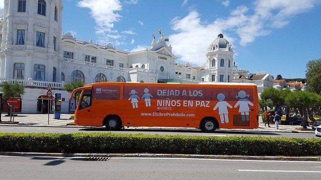 Autobús de Hazte Oír en el Sardinero