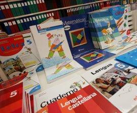 Los editores de libros de texto catalanes aseguran cumplir la normativa y ven mala intención