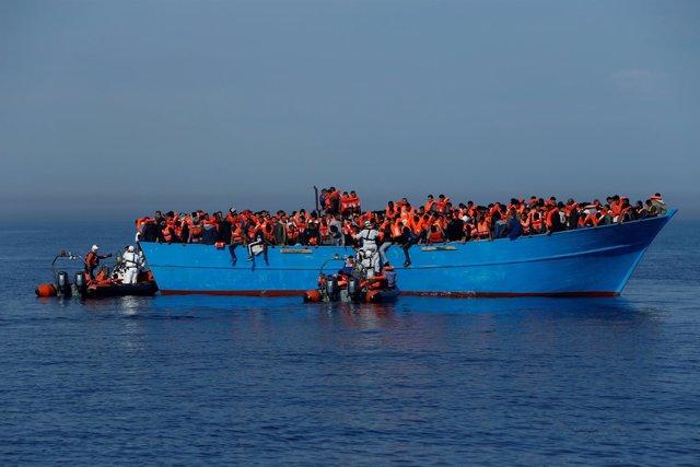 Rescate de inmigrantes en el mar Mediterráneo por la ONG MOAS