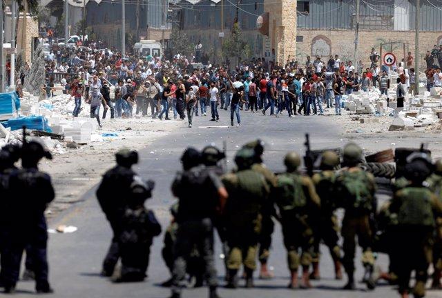 Choques entre manifestantes palestinos y militares israelíes en Cisjordania