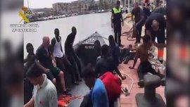 Auxilian a 24 inmigrantes cerca de Melilla tras el naufragio de su embarcación y buscan un desaparecido