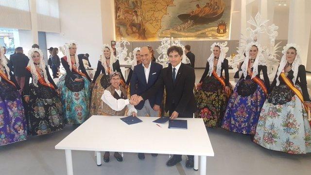 El titular de Turisme en la firma del convenio