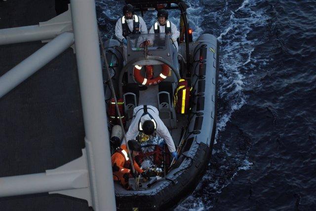 Migrante rescatado por la fragata 'Canarias'