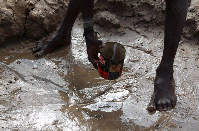 niño recoge agua