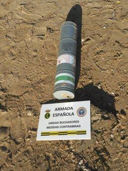 Buceadores de la Armada neutralizan una bengala de fósforo en La Manga
