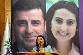 El principal partido kurdo de Turquía elige nueva líder en representación de sus dos dirigentes encarcelados