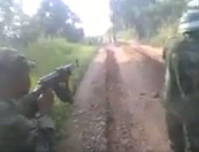 Soldados de República Democrática del Congo disparando