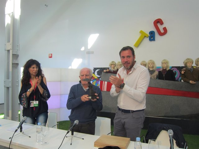 Valladolid. Puente entrega el premio especial del TAC 2017 a Fernando Herrero