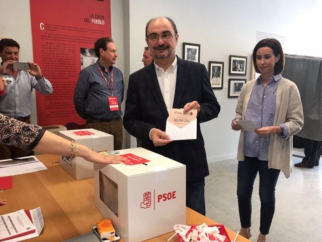 Lambán vota en las primarias del PSOE en Ejea.