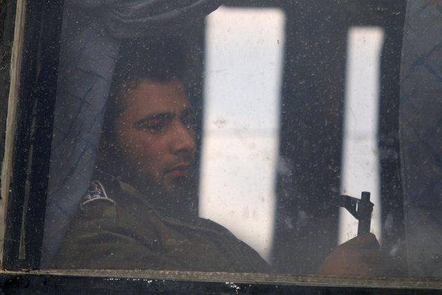 Uno de los últimos rebeldes sale de la ciudad de Homs
