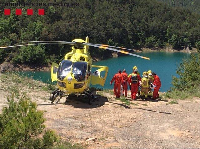 Helicóptero del SEM atendiendo un accidentado en Navès (Lleida)