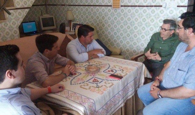 Representantes del PP de Huelva visitan el domicilio de Juan Luis Fadrique