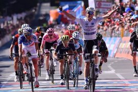 Jungels se estrena con un triunfo en el sprint de Bergamo y Dumoulin cede seis segundos