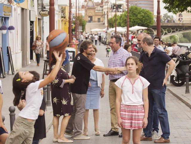 El alcalde de Sevilla pasea por la calle Betis cerrada al tráfico