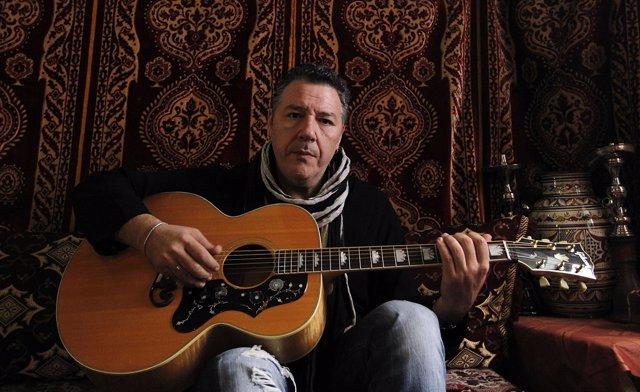 El músico Carlos Goñi, de Revólver, guitarra en mano