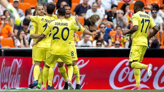 Los jugadores del Villarreal celebran el gol de Soldado