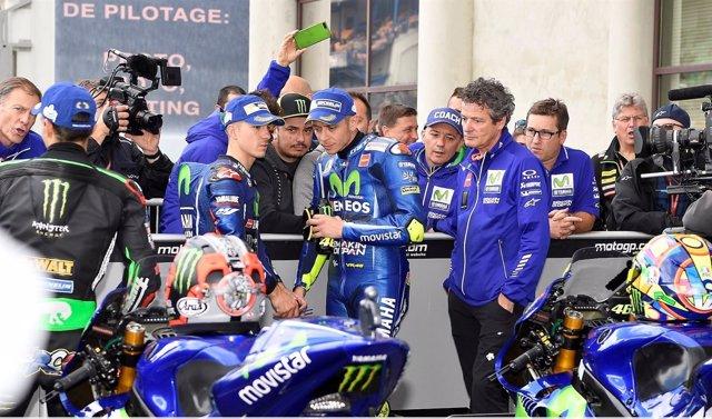 Rossi charla con Viñales