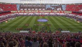 El Atlético despide el Calderón con un sentido homenaje junto a todos sus títulos y leyendas