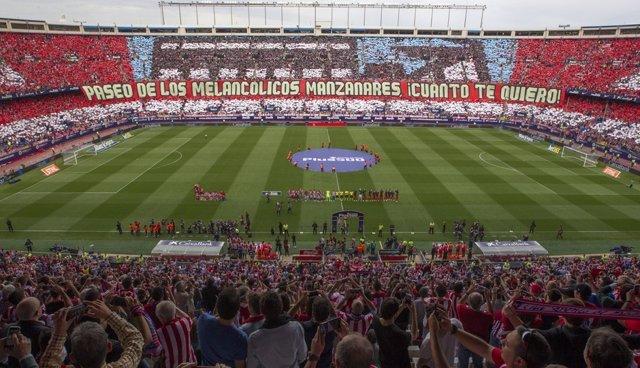 El Atlético despide el Calderón con un sentido homenaje junto a todos sus título