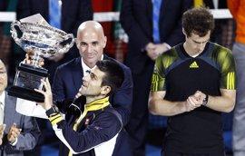 Djokovic anuncia que trabajará con André Agassi para defender su título de Roland Garros
