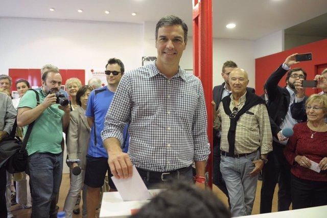 Pedro Sánchez deposita su voto en la urna de las elecciones primarias del PSOE