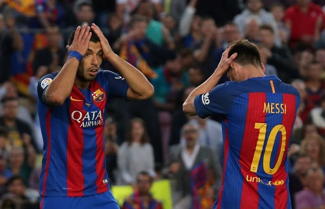 Luis Suárez y Leo Messi lamentan una ocasión fallada