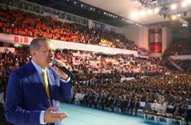 Erdogan retoma el liderazgo del AKP con la promesa de seguir combatiendo a sus enemigos