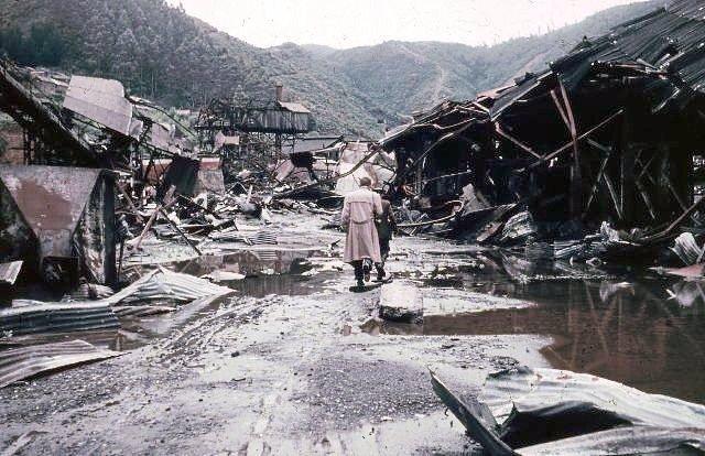 Persona recorriendo una fábrica destruida cerca de Corral (Chile)