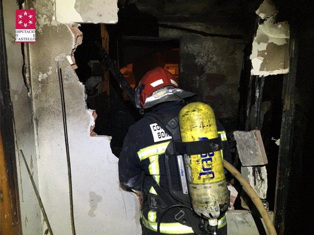 Un bombero en las labores de extinción