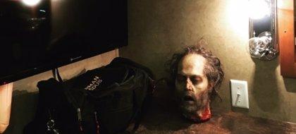 The Walking Dead: Norman Reedus vuelve exhibir la cabeza 'zombie' de Johnny Depp