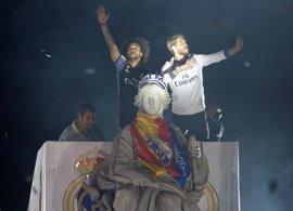 Miles de aficionados celebran con el Real Madrid su trigesimotercera Liga