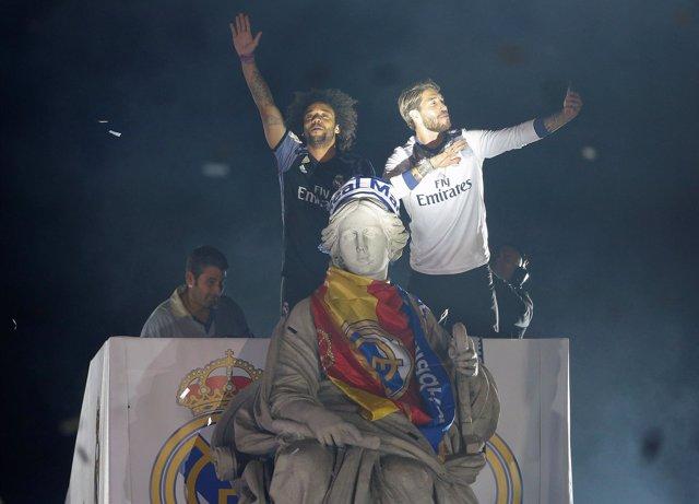 Sergio Ramos y Marcelo en lo alto de la Cibeles