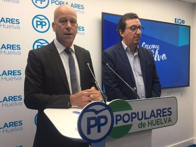 El alcalde de Calañas, Mario Peña, con Manuel Andrés González.