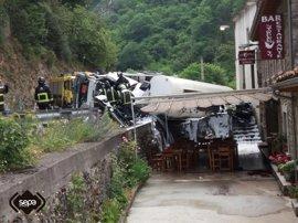 Muere el conductor del camión volcado en Peñamellera Alta