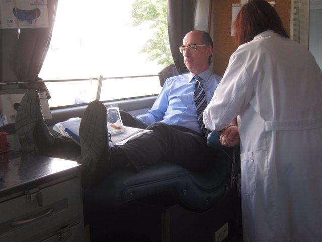 El conselleiro de Sanidade, Jesús Vázquez Almuiña, dona sangre