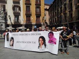 Los padres de Maloma protestan ante el Ministerio acompañadas de Jimena Rico y su novia