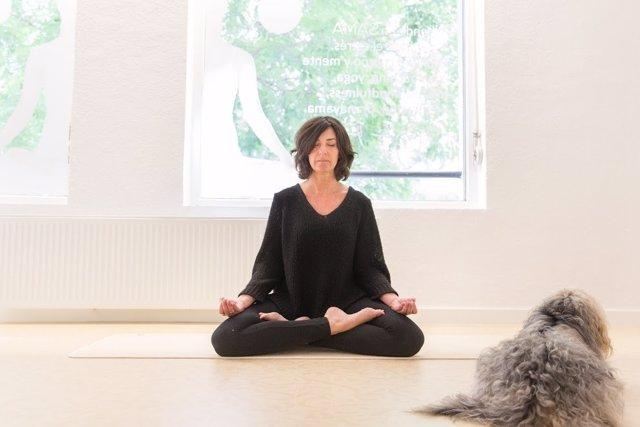 Imagen de una practicate de yoga