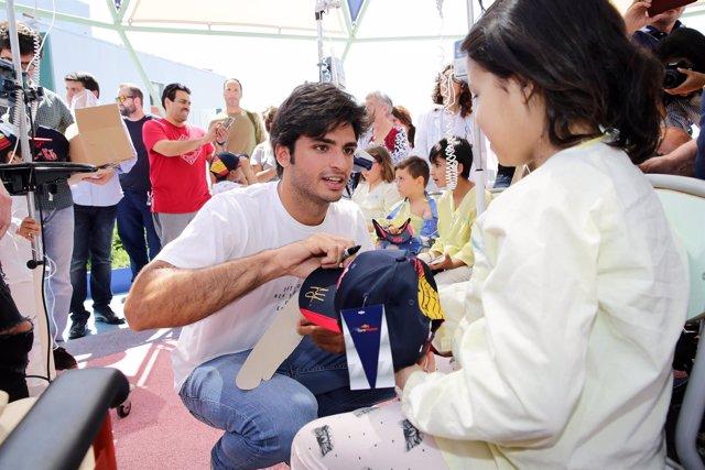 Carlos Sainz charla con los niños del 12 de Octubre